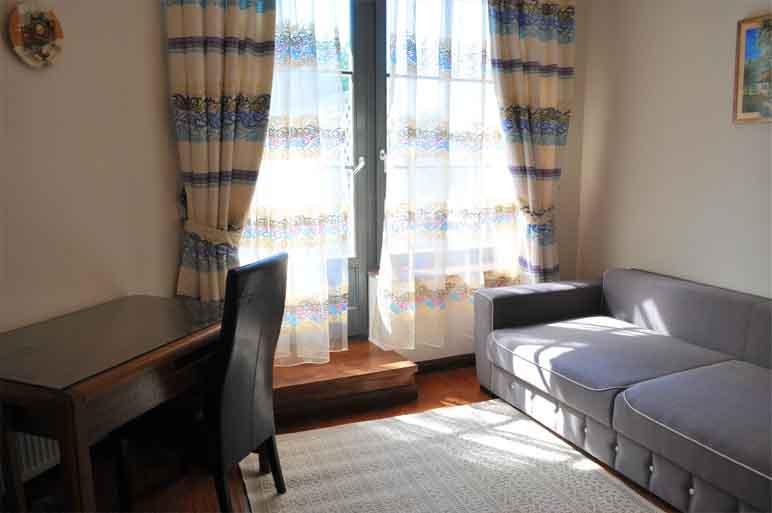 Этно (204) — двухуровневый  номер, спальня на втором уровне с большой собственной террасой, на первом уровне большая гостиная, отдельный вход.